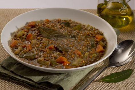 La zuppa di lenticchie è un primo piatto caldo e corroborante, ottimo per le sere invernali più fredde e ideale anche come metodo per utilizzare le lenticchie che possono avanzare dai cesti natalizi.