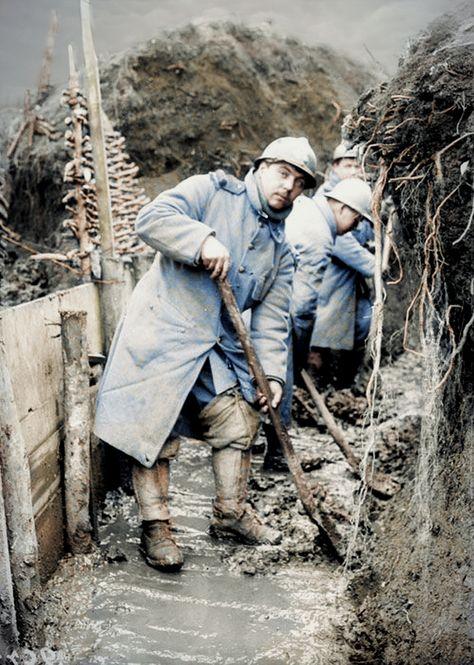 L'armée française dans la grande guerre entre 1916 et 1918. Entretien des tranchées.