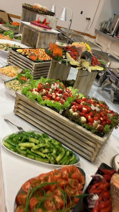Silvesterbuffet : B. Events Catering in Charleston WV (Sandebel Rhodes). Party and Catering Ideas. Wedding Buffet Food, Party Food Buffet, Party Food Platters, Wedding Reception Food, Wedding Catering, Wedding Food Displays, Dinner Buffet Ideas, Appetizer Table Display, Wedding Reception Appetizers