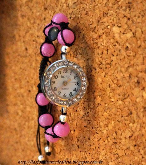 Reloj hecho con la técnica de nudos macramé con hilo de nylon negro y bolas de cristal rosas. Lleva esfera redonda con strass. El color del hilo y las bolas se puede modificar.