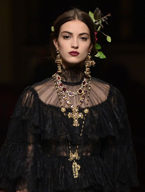 Les bijoux croix baroque de Dolce & Gabbana Alta Moda Spring 2016 Couture The baroque cross jewelry of Dolce &