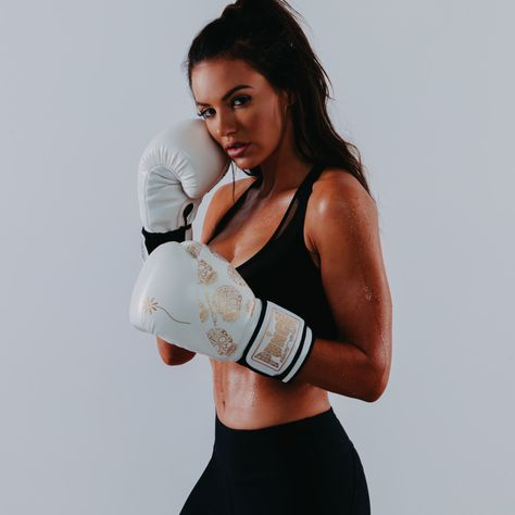 If you're looking for the best commercial grade boxing gloves for fitness or personal training, browse our range of quality boxing gloves online today. Workout Routines For Women, Workout Plan For Women, Female Fitness Instagram, Boxe Fitness, Boxing Workout, Boxing Boxing, Kick Boxing Girl, Fitness Before After, Fitness Motivation Wallpaper