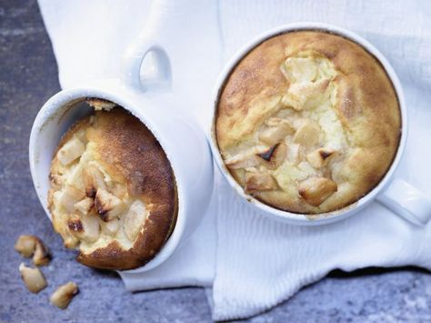 Leicht, lecker und unkompliziert: Der leichte Apfel-Quark-Auflauf lässt sich super in der Tasse oder im Glas servieren  