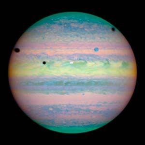 Raro Triple Eclipse En Jupiter - Cinco manchas - una de color blanco, una azul y tres en negro, se encuentran dispersos en toda la mitad superior del planeta. Las manchas son en realidad una rara alineación de tres lunas más grandes de Júpiter - Lo, Ganímedes y Calisto - en la cara del planeta - Telescopio espacial Hubble.