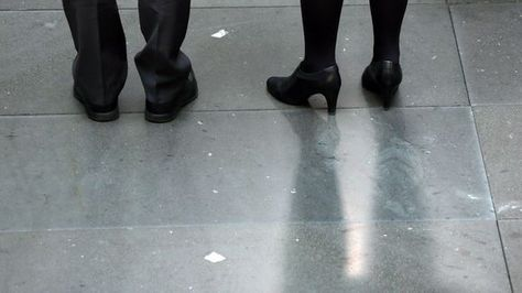 Die Füße von Bundesjustizminister Heiko Maas (links) und Bundesfamilienministerin Manuela Schwesig