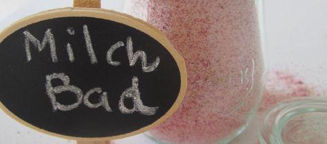 DIY-Milchbad :: 80 Gramm rosa Steinsalz (Himalayasalz) oder feines Meersalz, 90 Gramm Milchpulver, 5 Gramm rosa oder weiße Tonerde, 20 Gramm Maisstärke, Lebensmittelfarbe (optional, dann ins Salz mischen), Ätherische Öle nach Wunsch (z.b. 40 Tropfen Limette)
