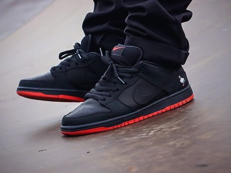 Nike SB Dunk Low 'Black Pigeon' - 2017 (by – Sweetsoles – Sneakers, kicks and trainers. Sneaker Outfits, Nike Outfits, Sneaker Boots, Sneakers Mode, Best Sneakers, Sneakers Fashion, Nike Fashion, Nike Sneakers, Nike Sb Shoes