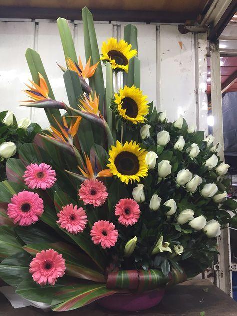 Arreglos Florales Con Rosas Gerbera Girasol Pide Cotizar Arreglos Florales De Girasol Bellos Arreglos Florales Arreglo Floral Rosas