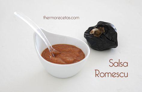 La salsa romescu es una salsa típica de la gastronomía catalana, conocida por ser el acompañamiento de los famosos calçots. Esta salsa de tomates asados y frutos secos resulta igualmente deliciosa con un pescado blanco, con verduras asadas o verduras al vapor.
