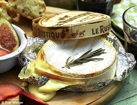 Effortless: Serve the baked Camembert in its wooden box with fresh figs, plums and campfire bread for dunking