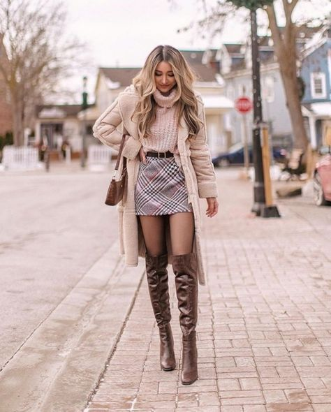 Do you also want to wear miniskirts and look chic? We share tips from fashionistas on how to wear miniskirts the grow-up way and not look trashy! Trendy Fall Outfits, Business Casual Outfits, Winter Fashion Outfits, Cute Casual Outfits, Girly Outfits, Fall Winter Outfits, Stylish Outfits, Autumn Fashion, Winter Outfits With Skirts