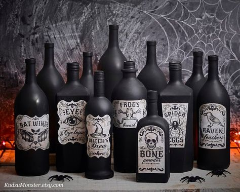 Printable Apothecary Labels for halloween vintage looking hand drawn illustrations on textured background witch's brew,Raven feathers, skull - Decoration Halloween Vintage, Fröhliches Halloween, Halloween Bottles, Halloween Labels, Halloween Designs, Halloween Home Decor, Holidays Halloween, Halloween Wedding Decorations, Halloween Apothecary Labels