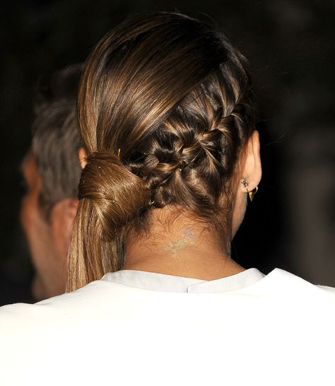 Jessica Alba with a very sophisticated braid twist in a strict half ponytail. Jessica Alba avec une tresse sophistiquée mélangée avec une queue de cheval stricte et de coté.