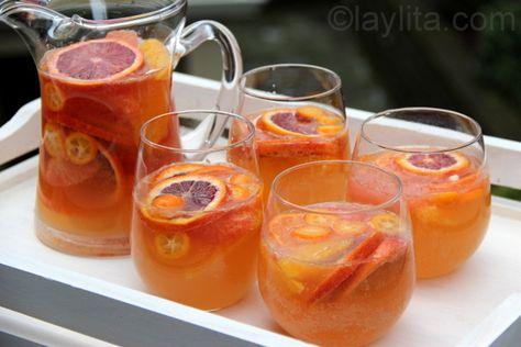 Recette de sangria d'agrumes au vin de muscat délicieuse et rafraîchissante, réalisée avec agrumes, du miel, de la liqueur d'orange et du vin de muscat.
