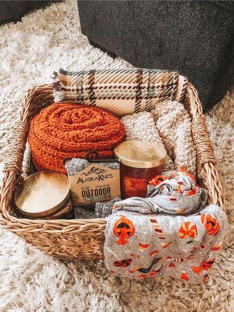 Fall Gift Baskets, Halloween Gift Baskets, Gift Baskets For Boyfriend, Gift Baskets For Him, Christmas Gift Baskets, Basket Gift, Halloween Care Packages, Soirée Halloween, Homemade Halloween