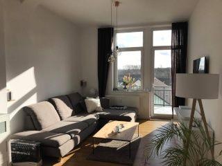 Sonniges Wohnzimmer Mit Gemutlichem Sofa In 2020 Wohnzimmer Helle Wohnzimmer Wohnen