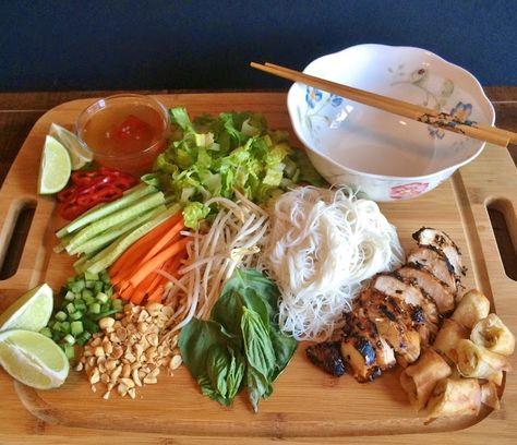 My Tiny Oven: Vietnamese Noodle Bowls with Grilled Lemongrass Chicken Asian Recipes, Healthy Recipes, Ethnic Recipes, Healthy Vietnamese Recipes, Vietnamese Cuisine, Vietnamese Bun Recipe, Vietnamese Spring Rolls, Clean Eating, Healthy Eating