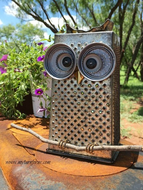 Kitchen Owl made from a cheese grater and lids! Trash to Treasure project.c - Grater - Ideas of Grater Metal Crafts, Recycled Crafts, Garden Ideas Using Recycled Materials, Recycled Yard Art, Recycled Metal Art, Recycled House, Recycled Art Projects, Recycling Projects, Scrap Metal Art