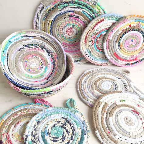 Here's a great basket making tutorial! You can make them in an array of colours and sizes, just experiment a little and see how they turn . Sewing Tutorials, Sewing Crafts, Sewing Patterns, Sewing Diy, Sewing Projects, Tutorial Sewing, Sewing Ideas, Rope Basket, Basket Weaving