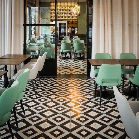 Via Gmbh Terrazzoplatten Hotel Restaurant Viaplatten Viatiles Viafliesen Viazementfliesen Via In Hoteleinrichtung Fliesen Schwarz Weiss Inneneinrichtung