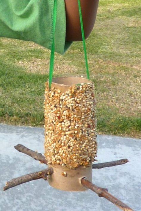 Easy DIY bird feeder for kids - - This toilet paper roll bird feeder craft is a fun spring activity for kids! Reuse toilet paper rolls & watch the birds enjoy a bird feeder toilet paper roll. Bird Feeders For Kids To Make, Make A Bird Feeder, Bird Feeder Craft, Homemade Bird Feeders, Spring Crafts For Kids, Summer Crafts, Diy For Kids, Garden Crafts For Kids, Kids Fun