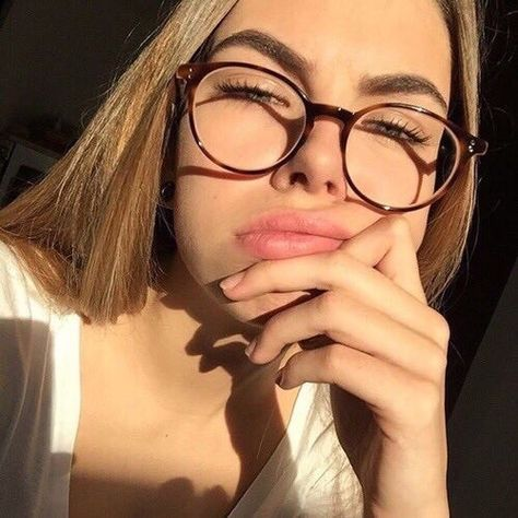 Aesthetic girl with glasses✨ discovered by Fvckme_grunge Blonde With Glasses, Girls With Glasses, Glasses For Round Faces, New Glasses, Glasses Frames Trendy, Glasses Trends, Oversized Glasses, Eyewear Trends, Fashion Eye Glasses