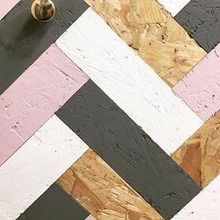 My love for oriented strand board resulted in creating bespoke furniture pieces.. Eco friendly osb cabinets painted with @earthbornpaints featuring brass details - launching soon, watch this space! . . . #furnituredesign #osb #earthbornpaints #herringbone #designer #sustainability #greenandpink #texture #brassdetails #designyourown #creativemind #flairdesignstudio #ecofriendlydecorstyle