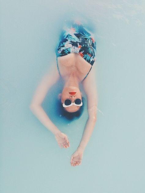 Esprit vintage avec le maillot de bain fleuri une pièce et les lunettes de soleil venant des années 60.