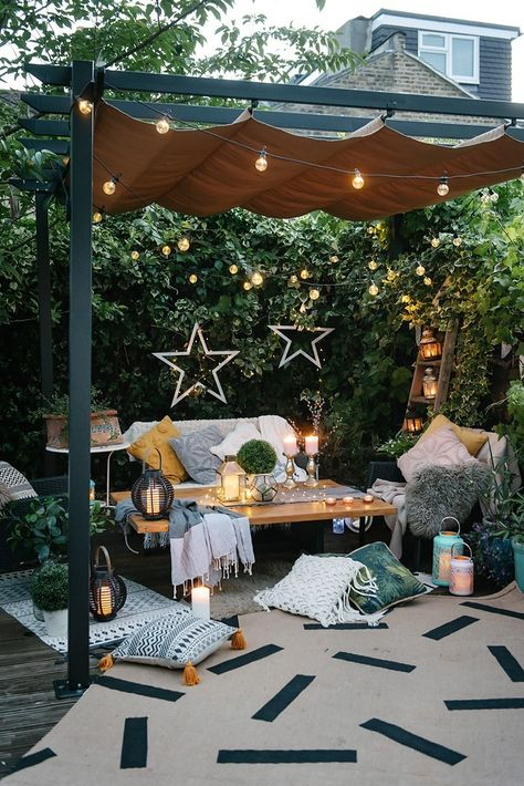 The Natural Environment, Biophilic Design, Our Homes & Our Wellbeing | Decor and styling aside, spending more time outside helps us reconnect with the natural environment and increases our wellbeing. #outdoorstyling #outdoordecor #gardendesign #outdoorliving #outdoorseating #gardeninspo #bioliphicdesign #theinterioreditor #gardendecor #gardenspaces
