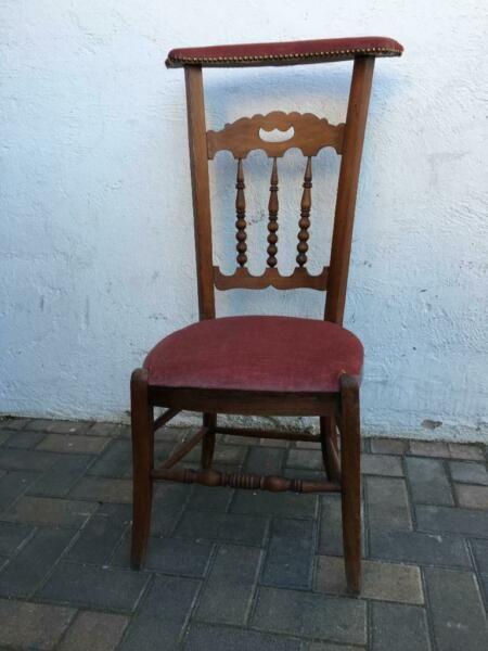Biete Aus Einer Haushaltsauflosung Einen Ausgefallenen Stuhl An Die Polsterung Ist Gut Erhalten Und Schmutzfrei Haushaltsauflosung Stuhle Haushalt