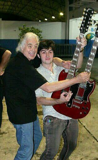 - Jimmy Page of Led Zeppelin with his son - #music #guitarist #ledzeppelin #Jimmypage http://www.pinterest.com/TheHitman14/led-zeppelin-%2B/