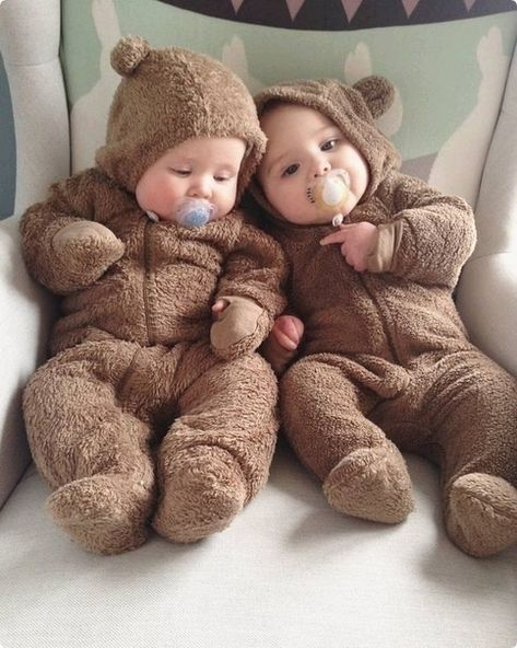 Fantastic baby arrival info are available on our site. Read more and you will no. - List of the most beautiful baby products Cute Baby Twins, Cute Little Baby, Baby Kind, Little Babies, Cute Baby Videos, Foto Baby, Cute Baby Pictures, Fantastic Baby, New Baby Boys