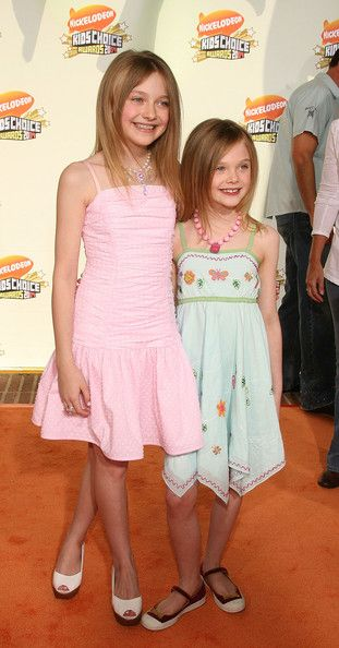 Elle Fanning Photos - Actresses Dakota Fanning (L) and Elle Fanning arrive at the Annual Kid's Choice Awards held at the UCLA Pauley Pavilion on March 2007 in Westwood, California.