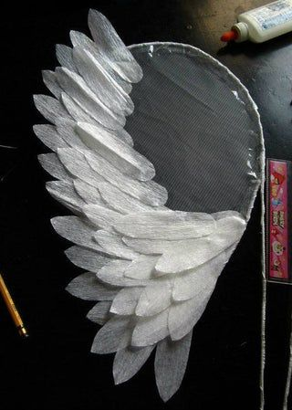 Diy costumes 577305245967144314 - Angel Wings for Costume: 4 Steps Source by lelrayner Diy Angel Wings, Diy Wings, Diy Fairy Wings, Feather Angel Wings, Plastic Fou, Diy Angels, Diy And Crafts, Paper Crafts, July Crafts