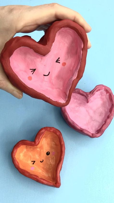 Red Ted Art's adorable Heart Pinch Pots! A lovely Mother's Day Gift Idea or perfect for Valentine's Day too! Learn how to make a punch pot heart today! Clay Projects For Kids, Clay Crafts For Kids, Diy Projects, Art Clay, Clay Pinch Pots, Clay Pots, Arte Sketchbook, Pottery Art, Pottery Clay