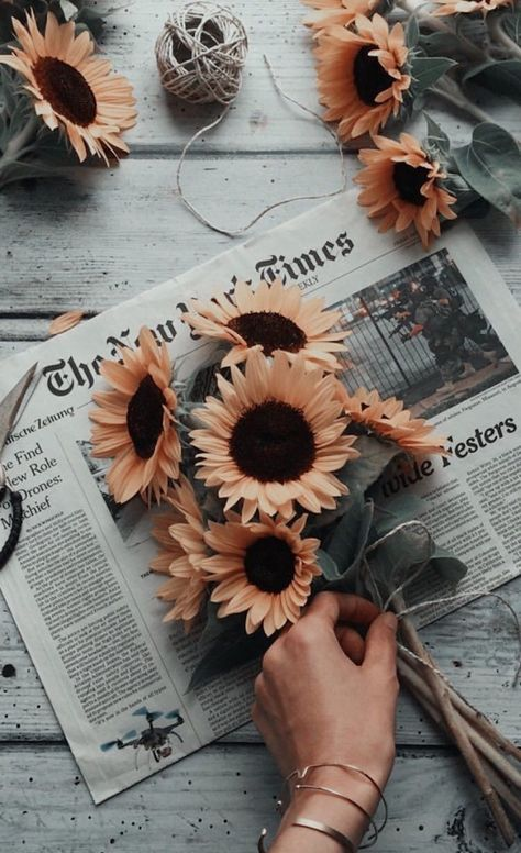 Fleurs oranges, tournesols en bouquet sur un papier journal, photo de fille swag, avoir de la confiance en soi meme
