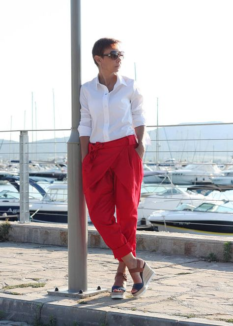 Okay, so what to wear this season? Love this pants! Stylish cotton trousers with four pockets and belt for women. Suitable for both your holiday and your business day. A wonderful addition to your wardrobe.