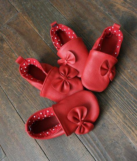 c04a347b7f9f7 Chaussures chaussons bébé semelles rouges noir style louboutin cadeau  naissance