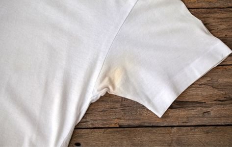 Om DEZE reden worden je witte t-shirts soms geel onder je oksel. EN zo kom je er vanaf!