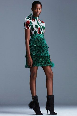 See the complete Emanuel Ungaro Resort 2017 collection.