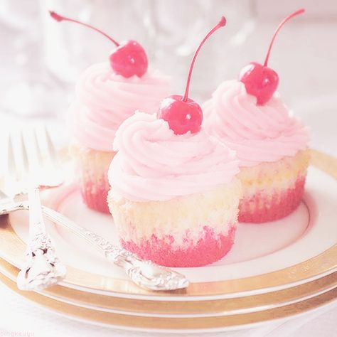 ♡ Kawaii cupcakes are like the cutest thing ever ♡ Pretty Cupcakes, Pink Cupcakes, Cupcake Cakes, Sundae Cupcakes, Fondant Cupcake Toppers, Vanilla Cupcakes, Köstliche Desserts, Delicious Desserts, Yummy Food