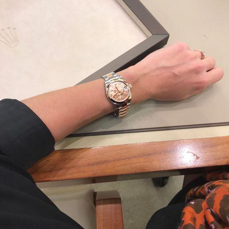 Symbole de féminité avec son cadran rose aux motifs floraux, cette montre ROLEX, Datejust Oyster Perpetual de 31 mm est en acier et or Everose