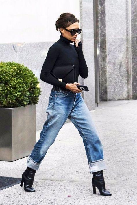 Vic Beckham sempre chique. Jeans + blusa de gola alta preta + boot preta.