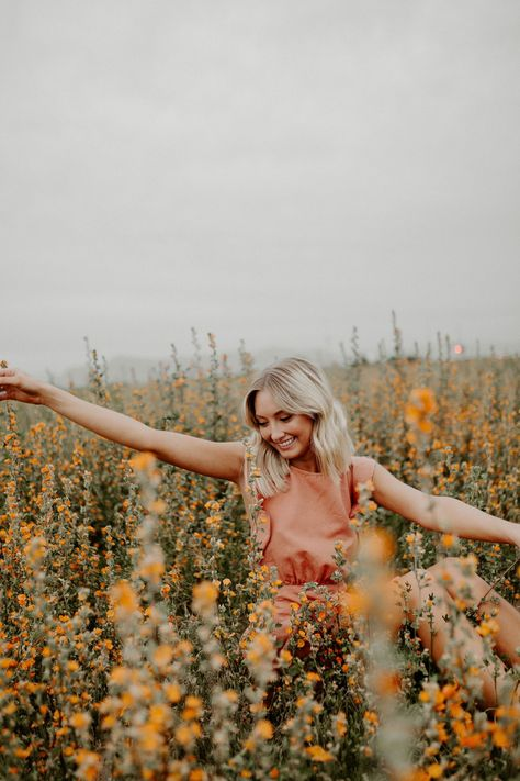 Arizona Flower Field Senior Photoshoot - Senior Picture Information - Lakota East High School Dark Portrait, Portrait Photos, Senior Portrait Poses, Senior Session, Senior Posing, Poses For Photoshoot, Summer Photoshoot Ideas, Famous Portrait Photographers, Photoshoot Friends