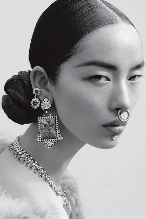 No word on the jewellery here. Model Fei Fei Sun by Mert and Marcus for Italian Vogue, June The marriage of street and upper echelon bling - multiple piercings in diamonds and gems. Face Reference, Photo Reference, Anatomy Reference, Spiderbite Piercings, Fei Fei Sun, Fotografie Portraits, Kreative Portraits, Alas Marcus Piggott, Portrait Photography