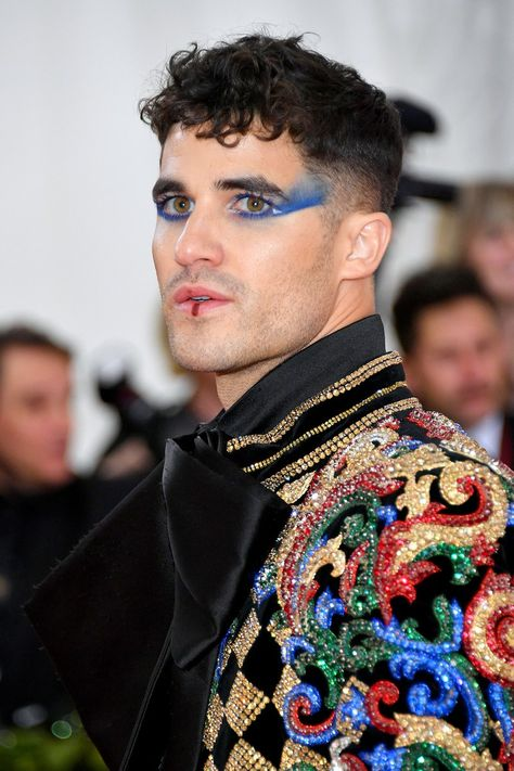 Ezra Miller& dizzying optical illusion eyes, Jared Leto& severed head and Cody Fern& extreme wet-look hair were among some of the most extraordinary men& beauty looks to cross the red carpet at the Met Gala Makeup Inspo, Makeup Art, Makeup Inspiration, Make Up Looks, Glitter Carnaval, Futuristic Makeup, Wet Look Hair, Neon Light, Runway Makeup