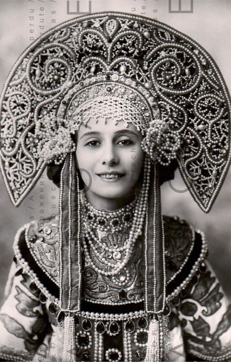 This is a colourization of the famous Russian Ballerina Anna Pavlova in the Russian costume kokoshnik. She was very determined to become a ballerina fro. Anna Pavlova in kokoshnik Anna Pavlova, Foto Fashion, Fashion History, Trendy Fashion, High Fashion, Mode Russe, Costume Original, Style Russe, Foto Fantasy