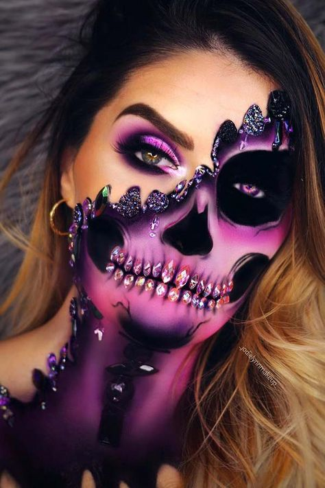Are you ready for the idea of Halloween makeup looks? let's take a look at the best Halloween make-up we have. All Halloween costumes are included. Amazing Halloween Makeup, Halloween Eyes, Halloween Makeup Looks, Halloween Skeleton Makeup, Amazing Makeup, Halloween Make Up Scary, Half Skeleton Makeup, Halloween 2020, Halloween Nails