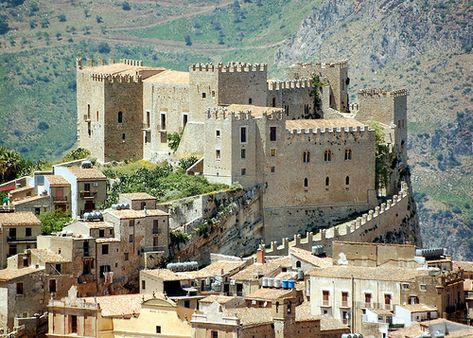 Are you looking for out-of-time atmosphere, medieval legends and a bit of mystery during your holiday? Visit one of these beautiful castles in Sicily!