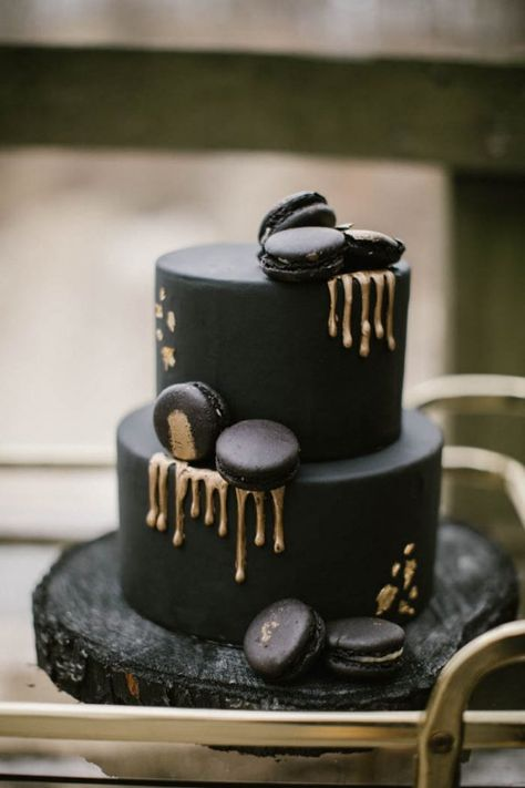 9 Sweetest Wedding Cake Trends for 2018 Your wedding cake is a decor element all its own! Check out these 9 sweet wedding cake trends for 2018 to pick the…